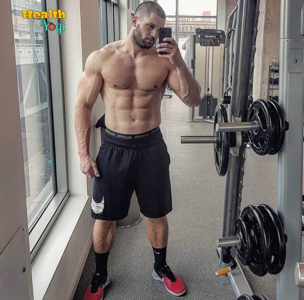 Florian Munteanu clicking selfie at gym